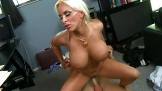 Horny milf with well-built milk shakes temps her bf